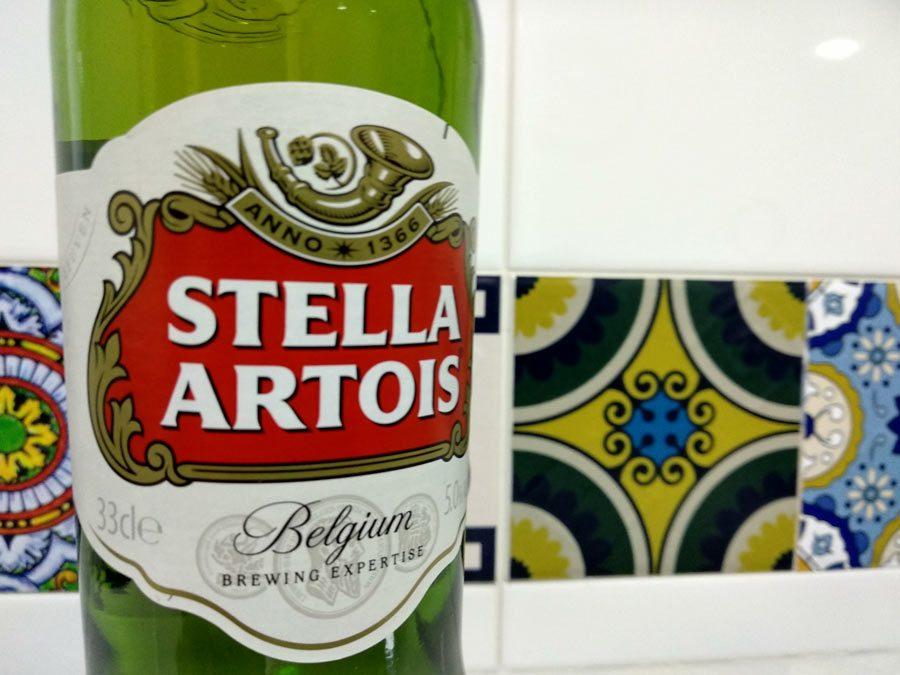 Stella Artois retira botellas de cerveza con partículas de vidrio