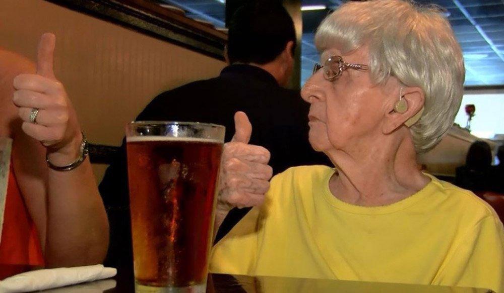 Con 104 años, asegura que la cerveza es el secreto de la juventud