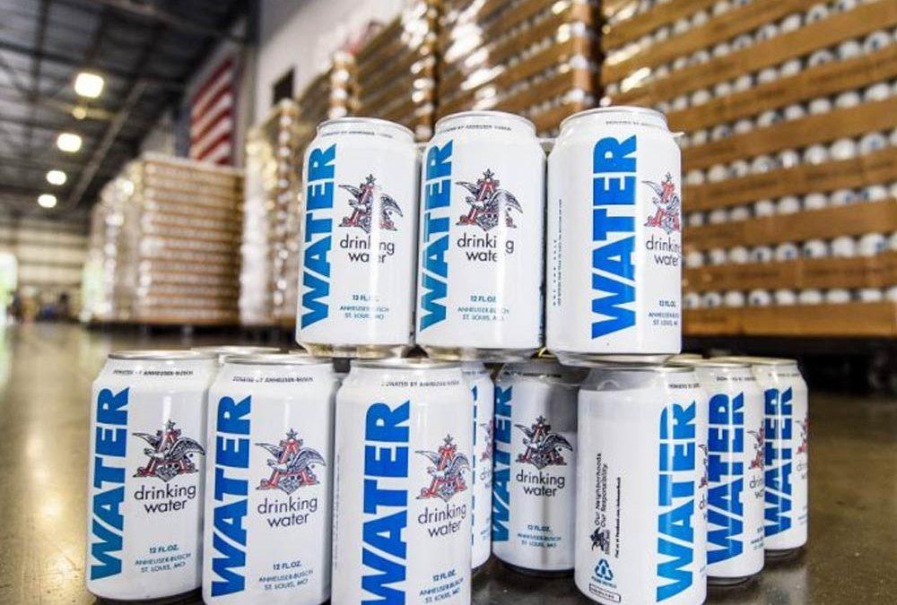 ANHEUSER-BUSCH manda latas de agua ante la emergencia por el huracán Florence