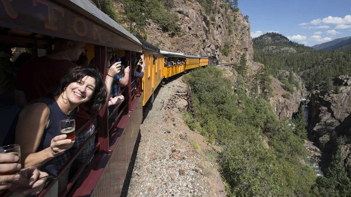 Un tren repleto de cerveza por las montañas de COLORADO